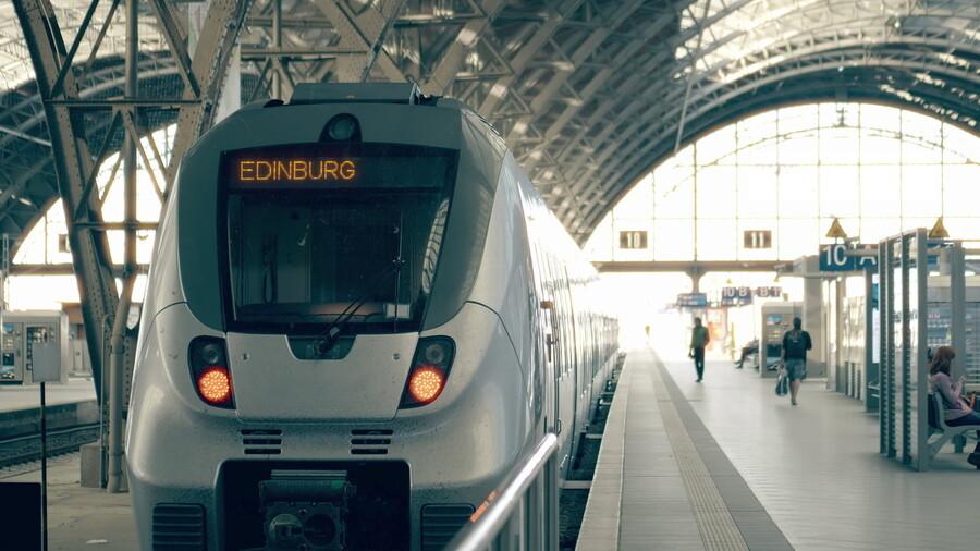 Travelling to Edinburg Scotland by Train