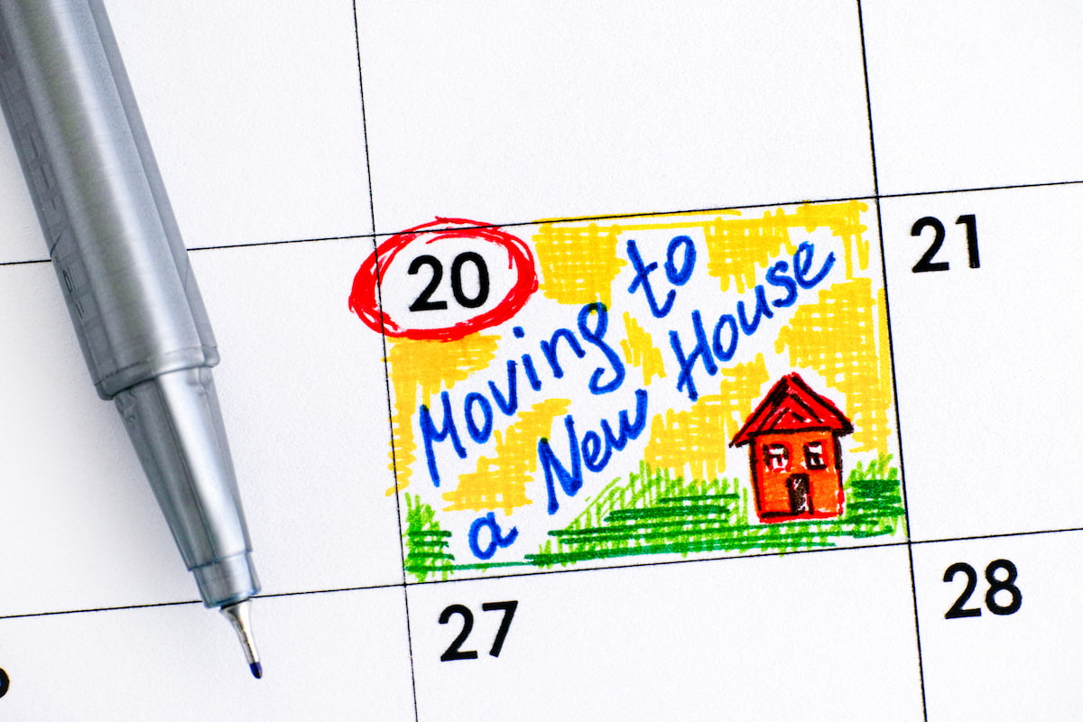 Reminder Moving to a New House in calendar with pen